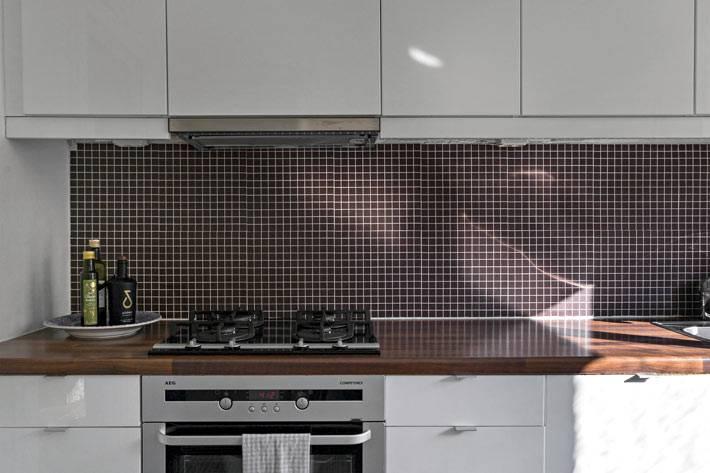 фартук на кухне из мелкой плитки-мозаики