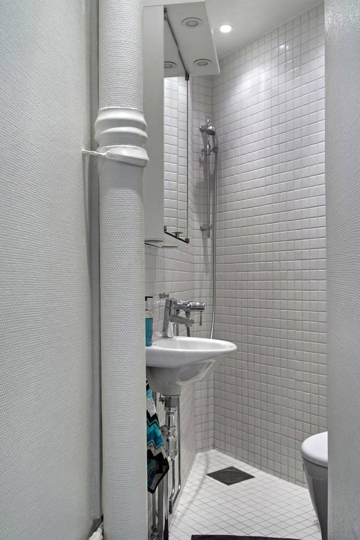 маленькое угловое помещение для туалета фото