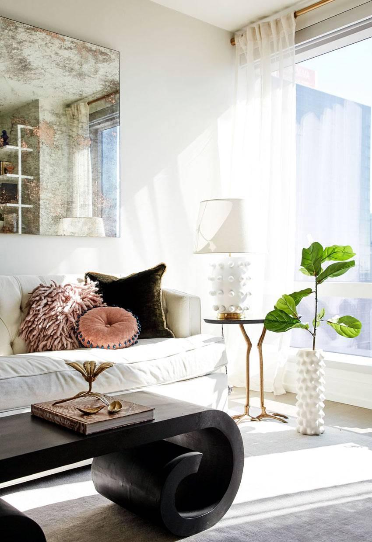 женские мелочи в декоре красивой светлой квартиры фото