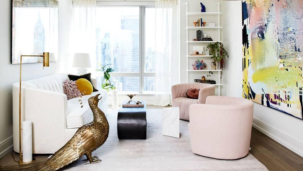 розовая и белая мебель в светлой гостиной комнате