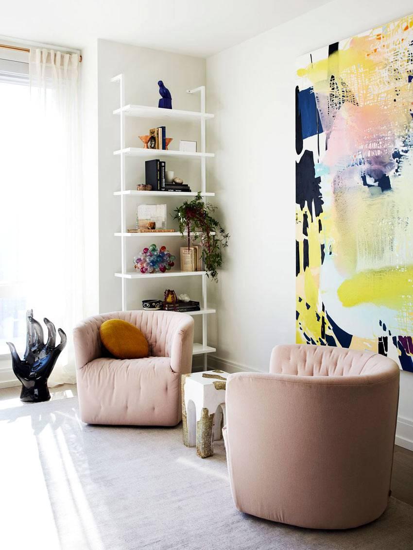 мягкая мебель нежно-розового цвета в гостиной комнате