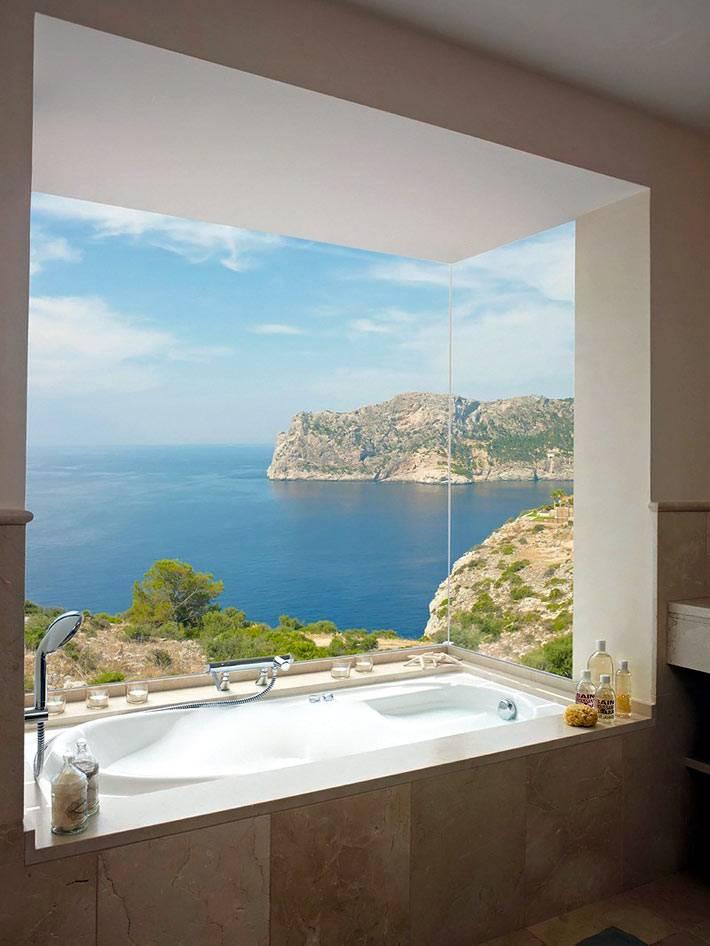 ванная комната с большим окном и видом на море фото