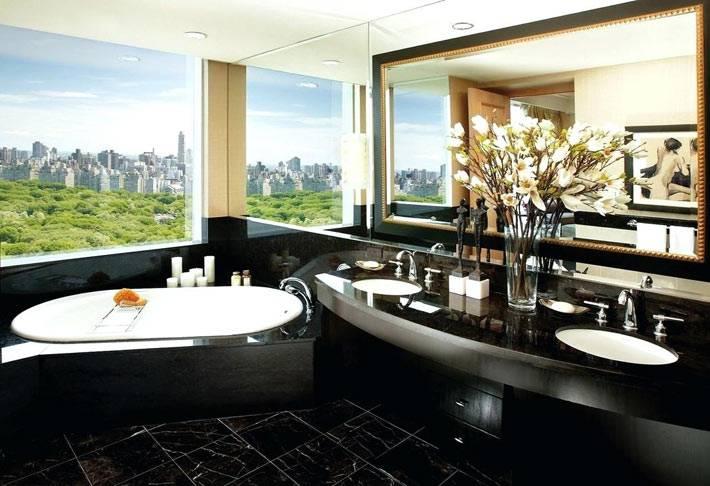 черная отделка ванной комнаты с большим окном и видом на город