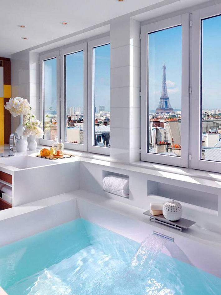 белая ванная с окнами на Эйфелеву башню в Париже