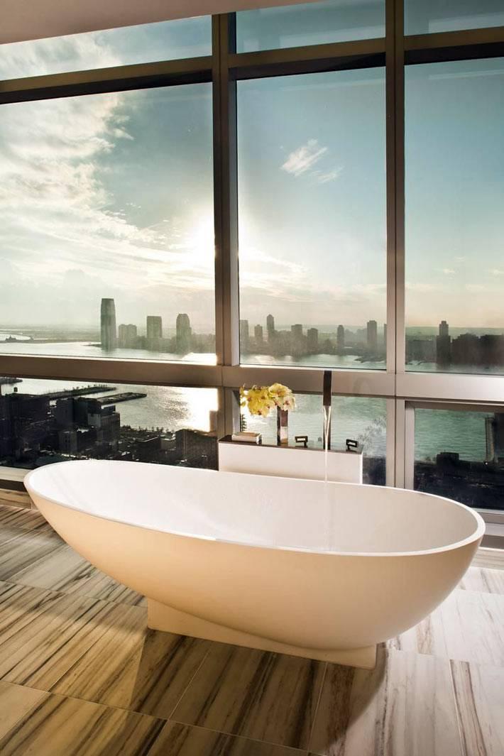 панорамные окна с видом на большой город из ванной комнаты