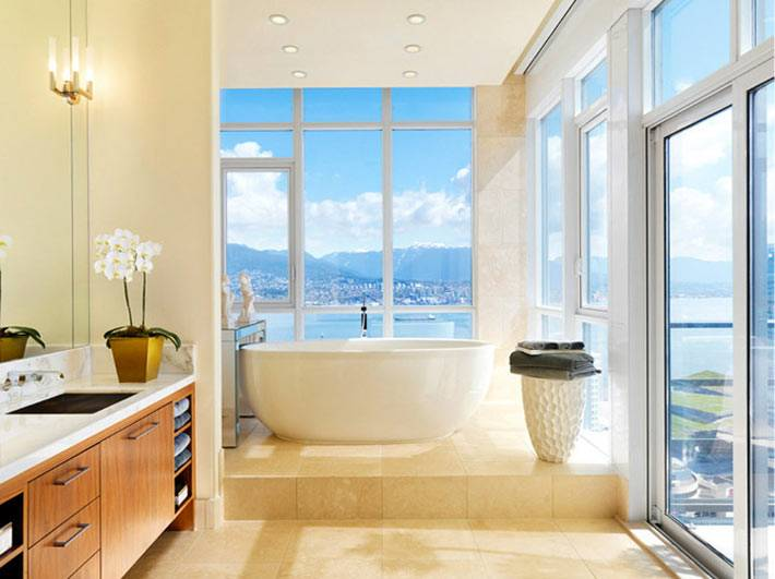 ванная комната со стеклянными стенами и видом на море