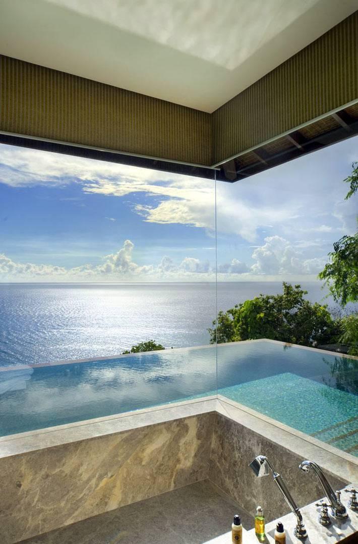 угловое панорамное окно в ванной с шикарным видом на морской пейзаж