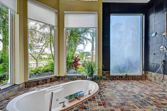 утопленная ванна в пол в комнате с большими окнами фото