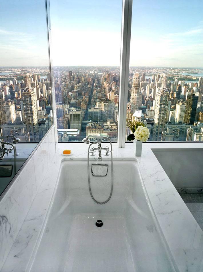 ванная комната в небоскребе с панорамным видом на город фото