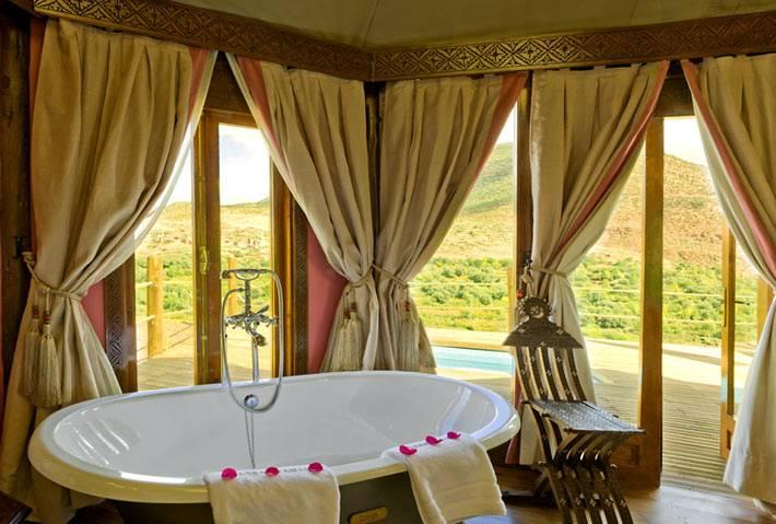 романтическое настроение в ванной комнате с панорамным видом на горы