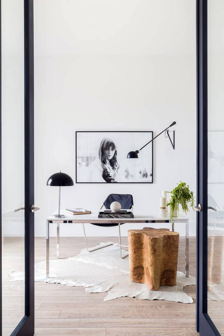 эффектный домашний офис в стиле минимализм для женщины