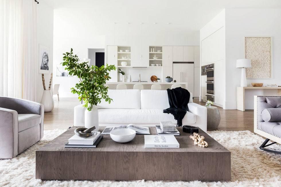 белый пушистый ковер и деревянный стол в гостиной зоне