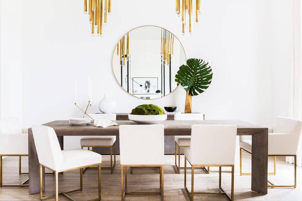 над обеденным столом висит золотистого цвета люстра