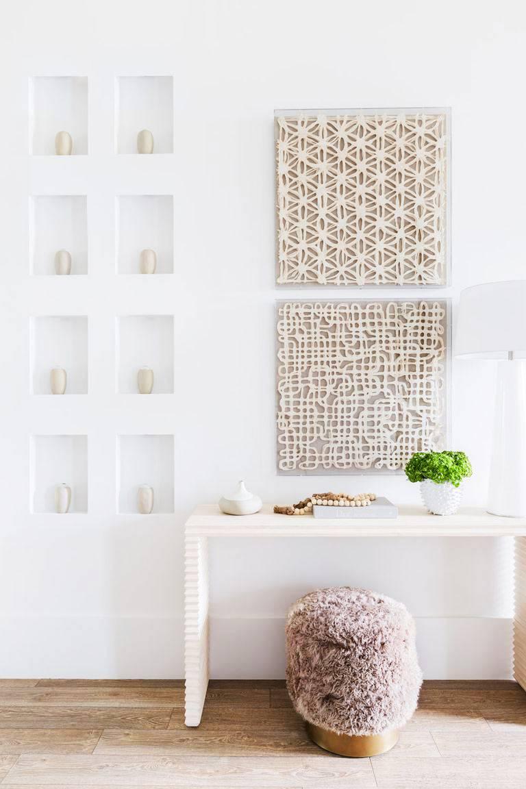 консольный столик и маленькие ниши в стене для красоты дома