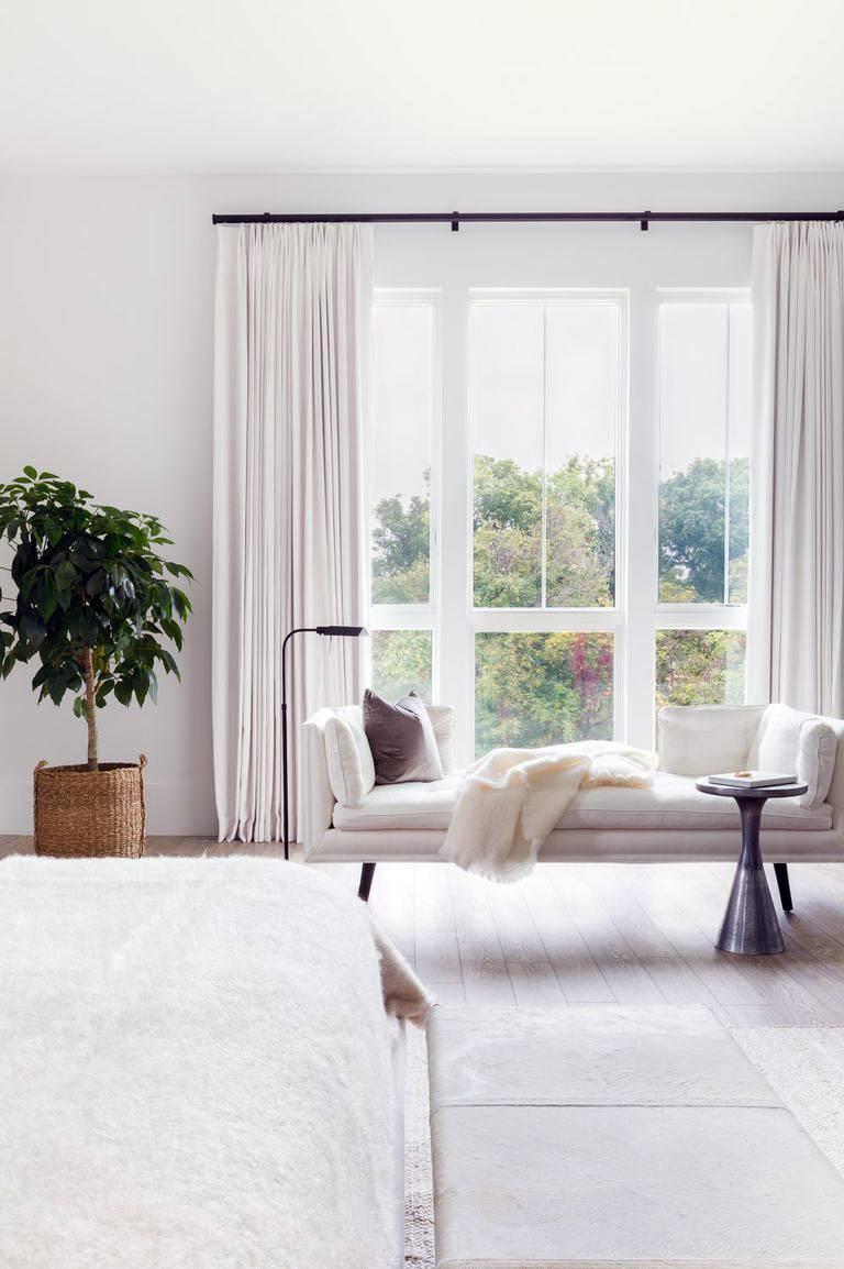 красивая белая тахта возле окна в спальне фото