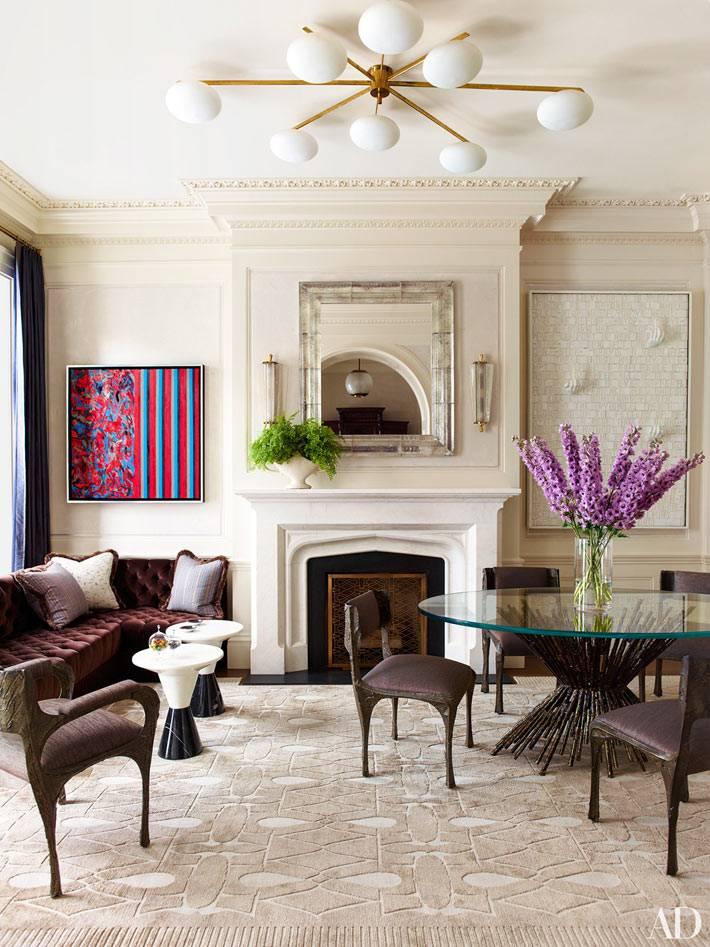 красивый дизайн интерьера гостиной в бежевом цвете с малиновым диваном