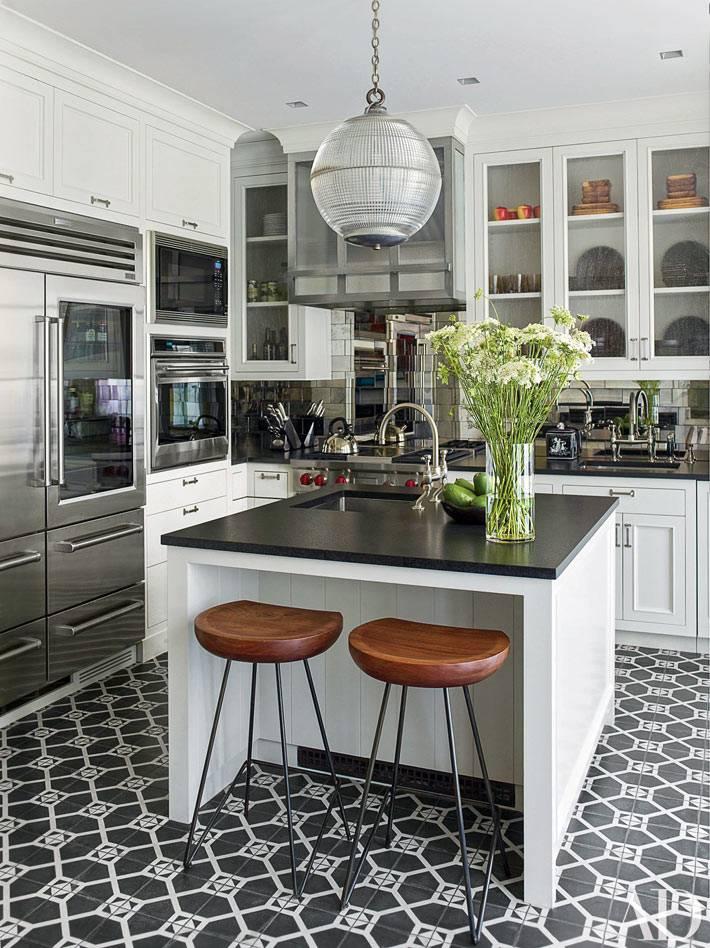 современная кухня с отстровом и мозаичным полом
