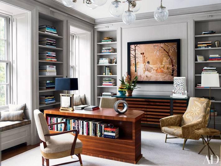 просторный домашний офис с полками-нишами для книг