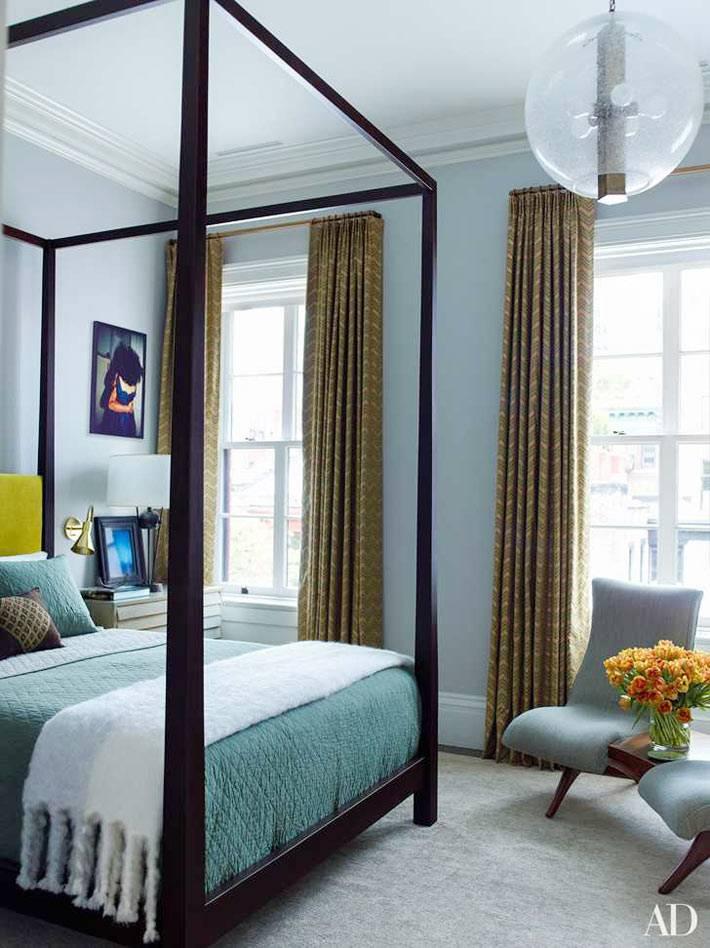 кровать с балдахином в голубой спальной комнате фото