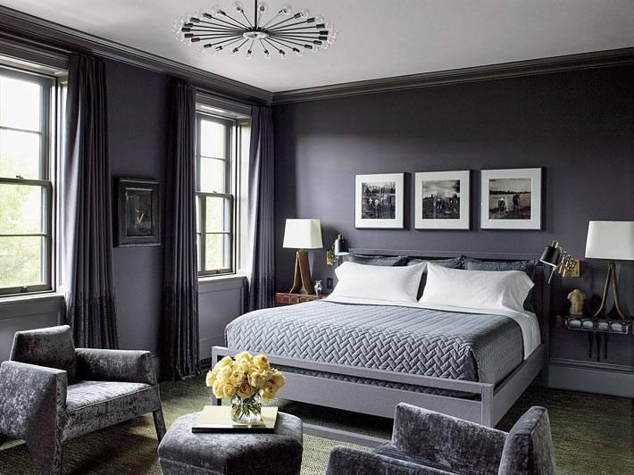 спальня с темно-серыми стенами и большой кроватью