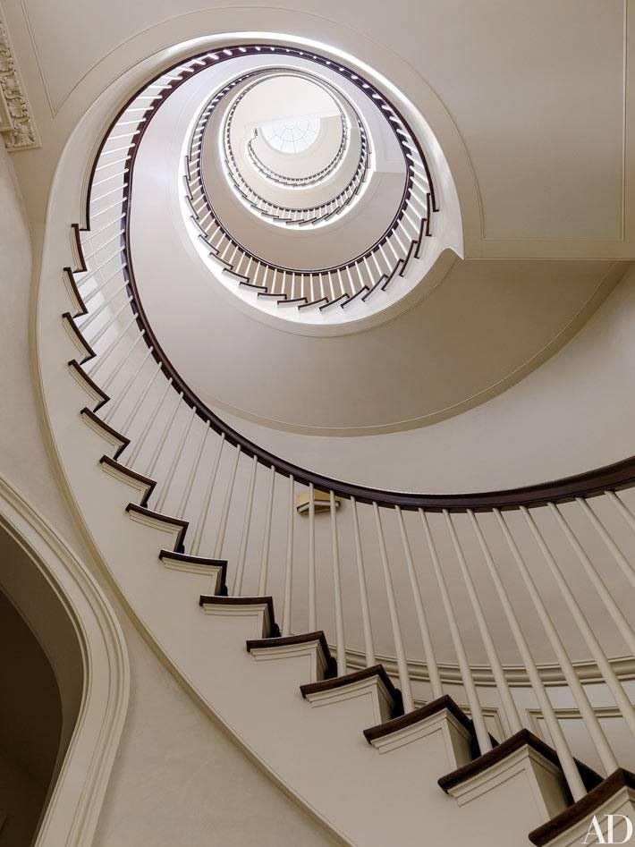 чудесная винтовая лестница в доме на Манхеттене фото