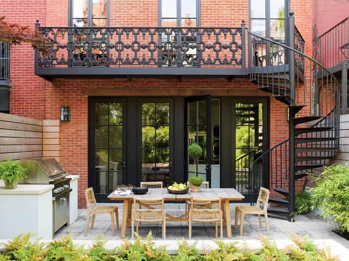 таунхаус из красного кирпича и внутренним двором с обеденной зоной