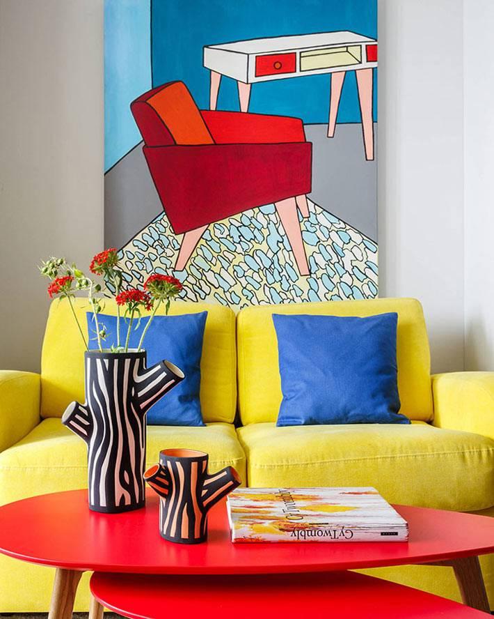 желтый диван и красный журнальный столик в квартире девушки