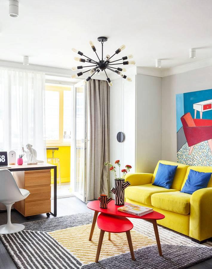 однокомнатная квартира с яркой мебелью и стильной люстрой