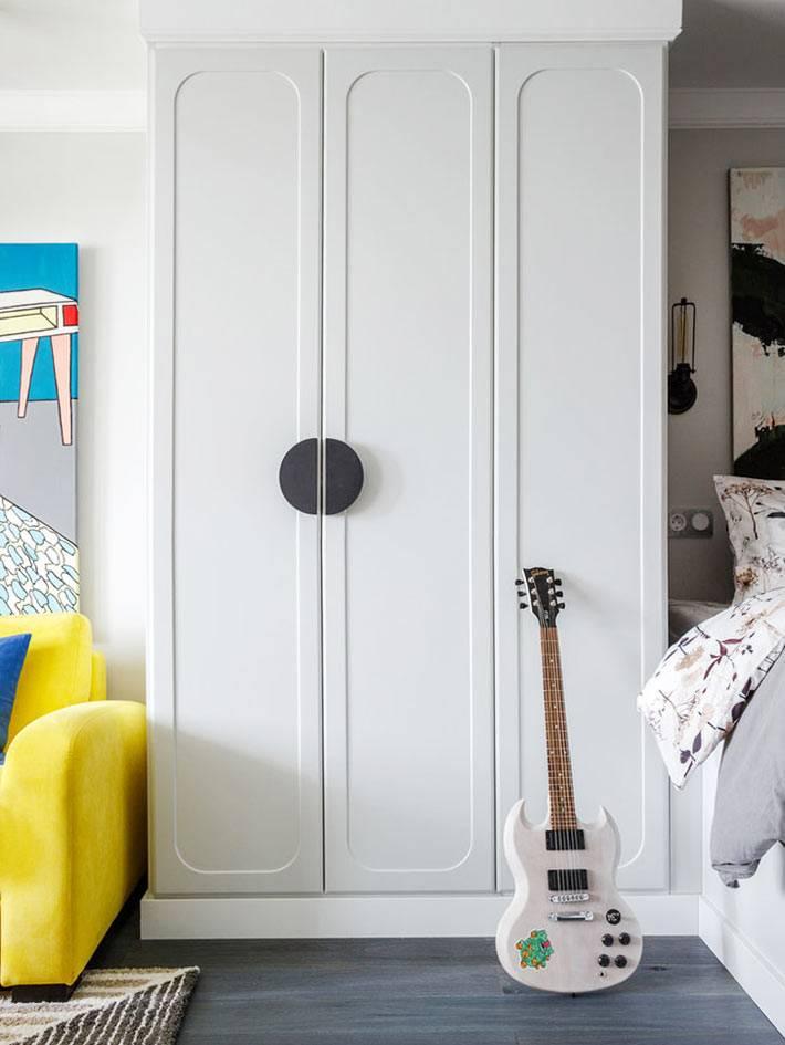 белый шкаф для хранения одежды в однокомнатной квартире