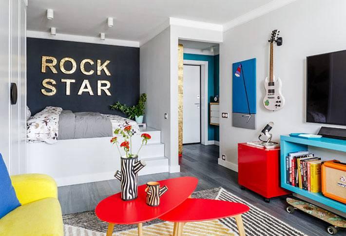 разноцветная мебель в маленькой однокомнатной квартире фото