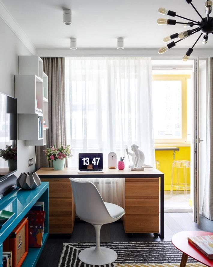 полноценное рабочее место под окном в однокомнатной квартире