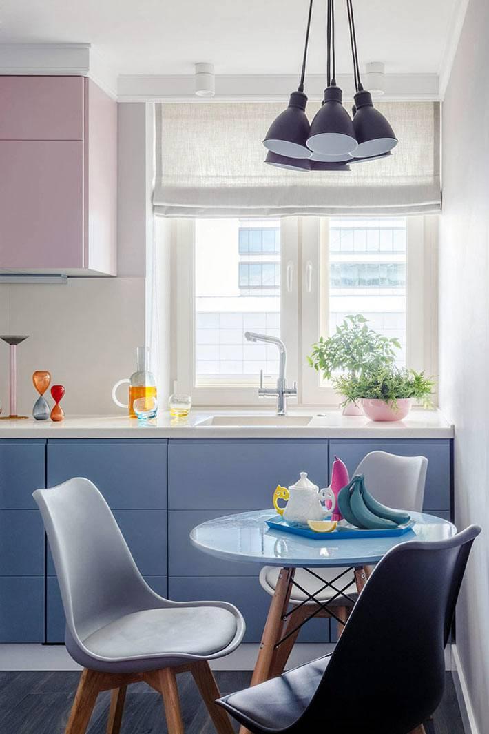 милая кухня в пастельных тонах с обеденной зоной