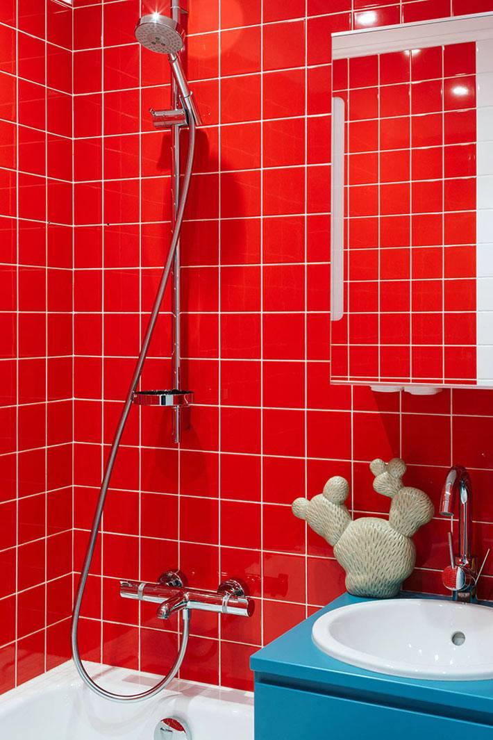 ярко-красная плитка для стен в маленькой ванной комнате фото