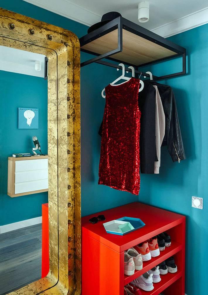 зеркало в массивной раме в прихожей с синими обоями