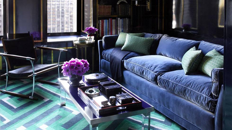 темно-синий диван и синие стены в гостиной комнате