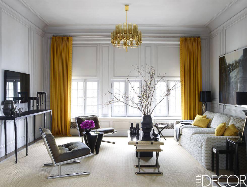 светлая гостиная комната с желтыми шторами на окнах