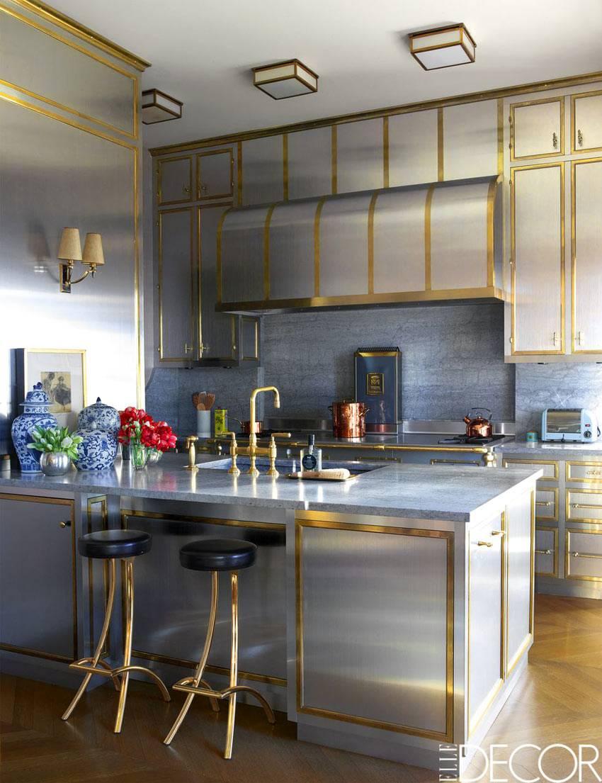 кухонный гарнитур светло-серого цвета с золотой окантовкой
