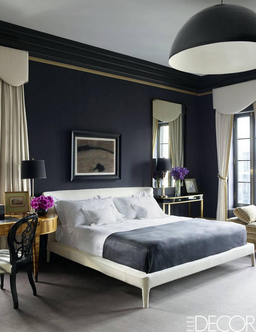 спальня с черными стенами выполнена в классическом стиле