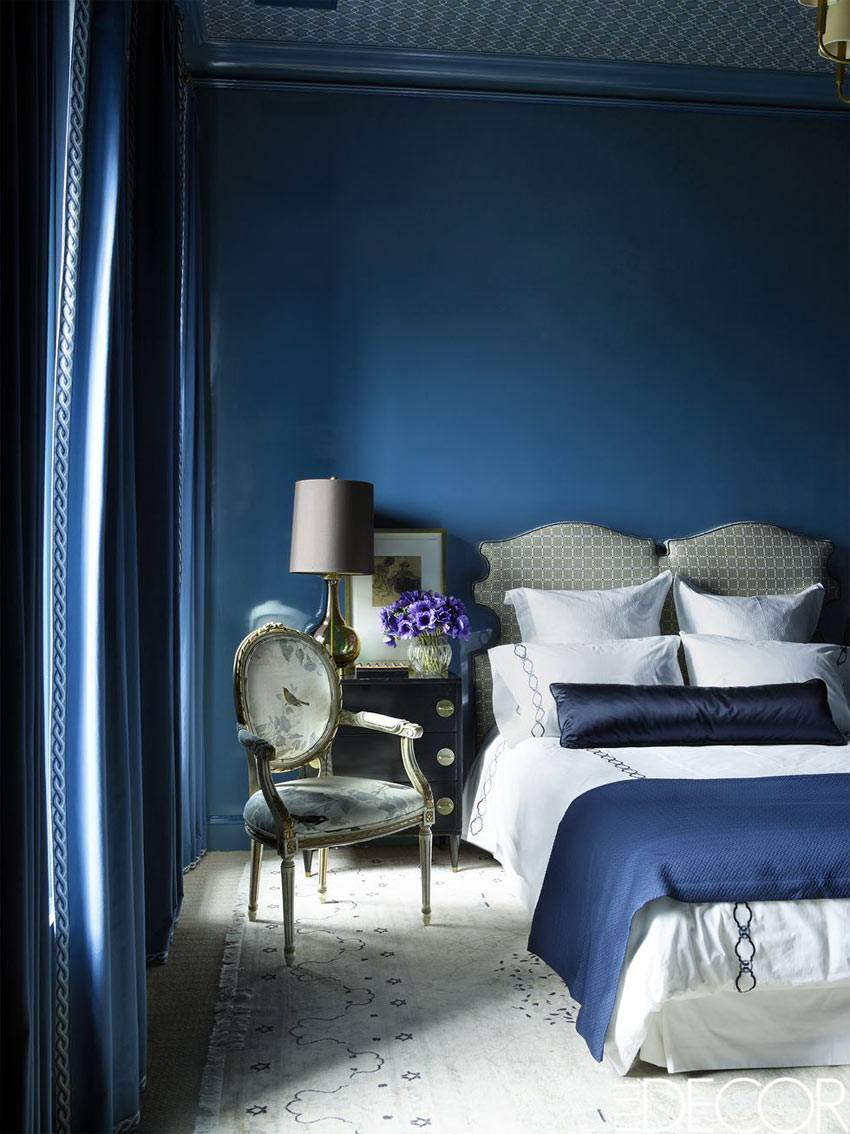 синий и белый текстиль для спальни с синими стенами фото