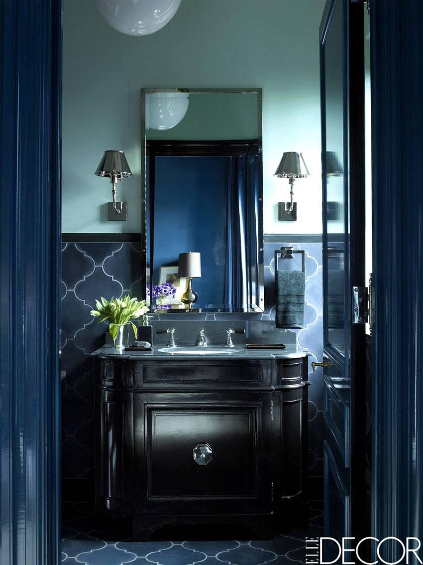 ванная комната выдержана в черном цвете с синими элементами