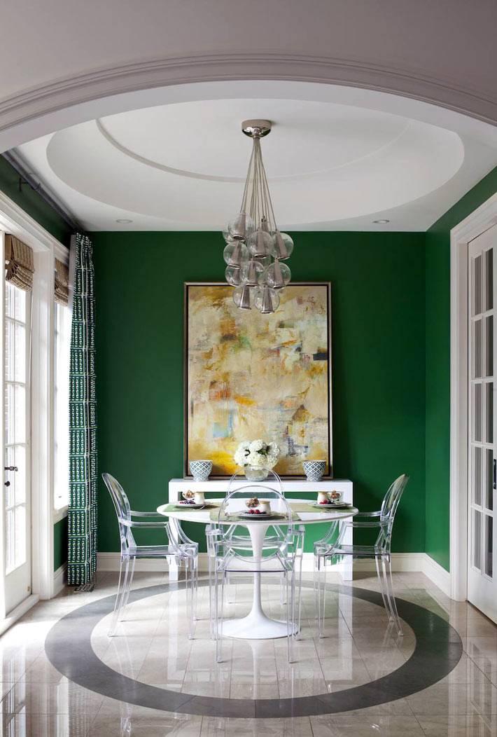 красивые темно-зеленые стены в одной из комнат дома