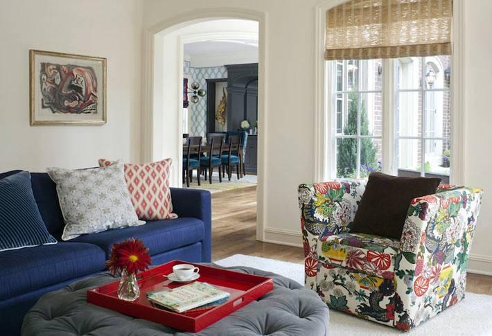 пестрая расцветка мягкой мебели в интерьере гостиной