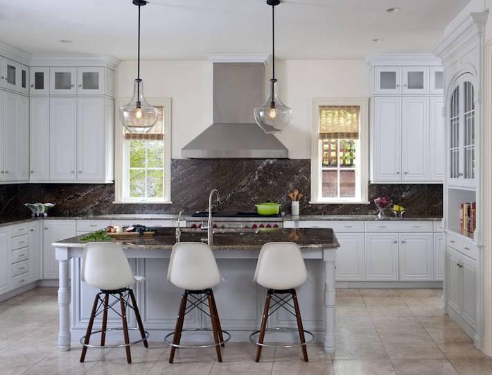 классическая белая кухня с мраморной отделкой