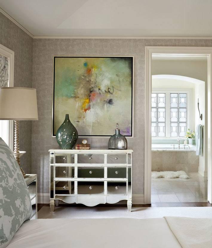 комод с зеркальным фасадом в нежном интерьере спальни