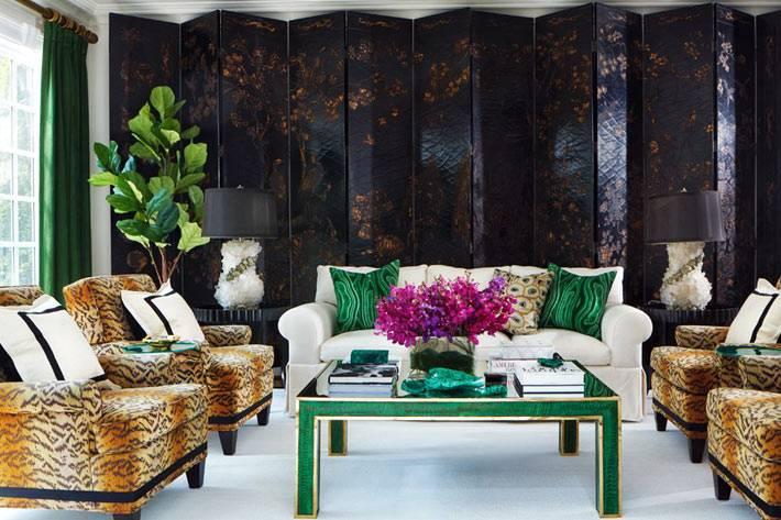 большая декоративная ширма в интерьере гостиной комнаты
