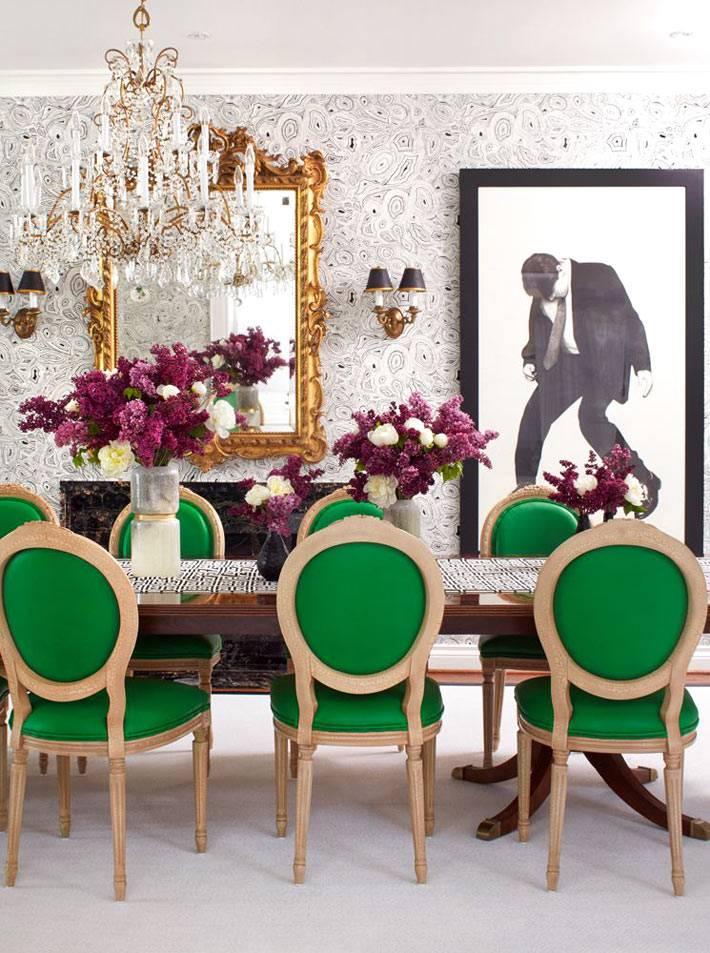 зеленые стулья за обеденным столом в столовой комнате