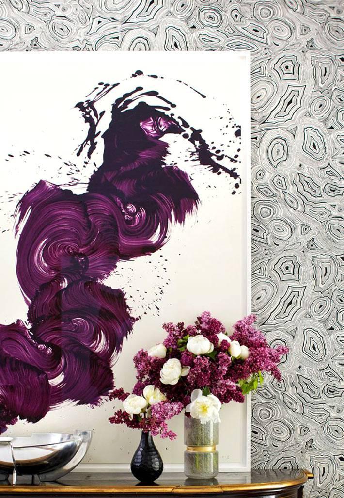 яркие вспышки цвета на картинах, которые висят в доме