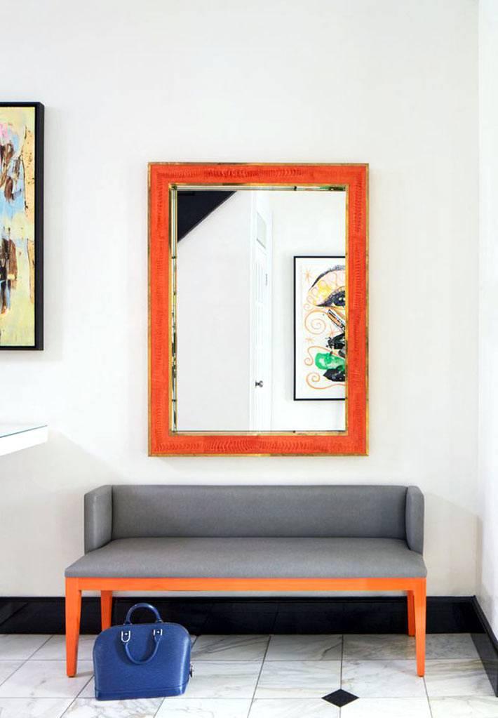 зеркало в оранжевой раме для интерьера прихожей в доме