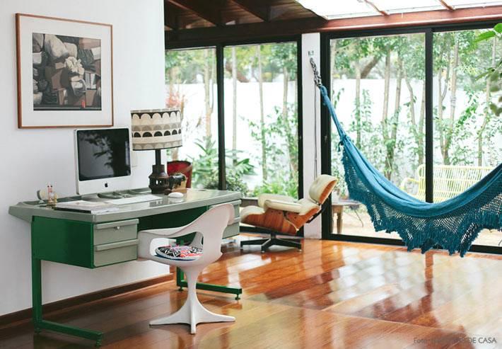 в рабочем кабинете гамак создан как зона отдыха