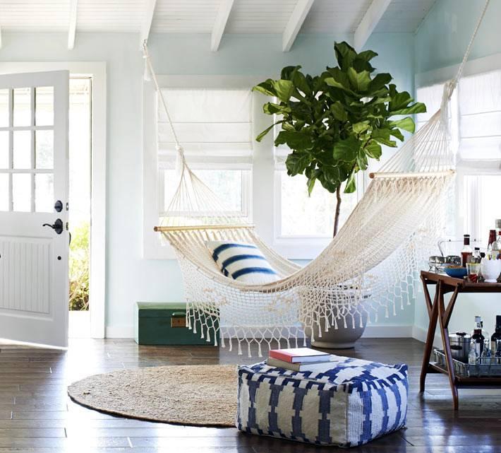 подвесной вязаный гамак в холле дома возле фикуса
